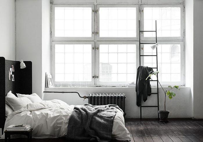 Deux séparateurs de bureau Ikea détournés en tête de lit