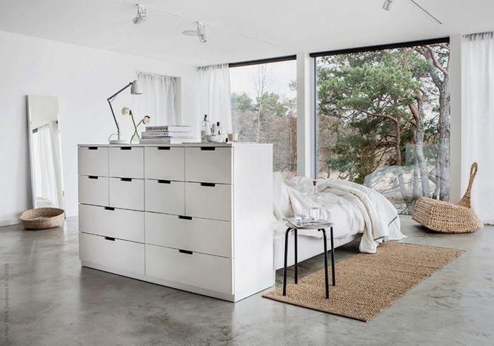 Un meuble de rangement Ikea détourné en tête de lit