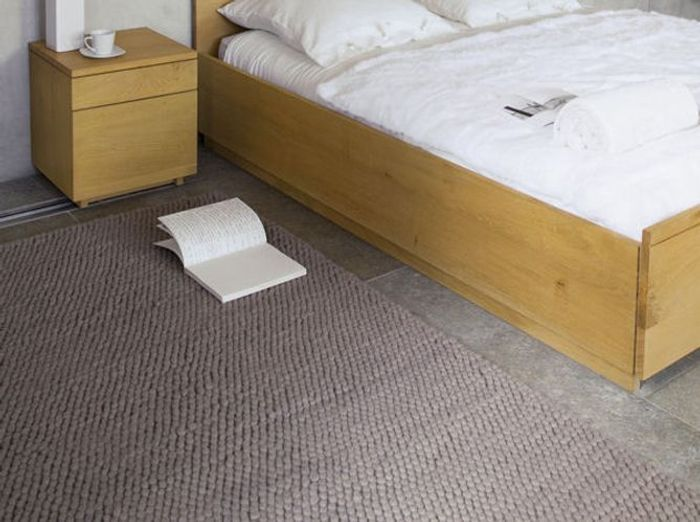 Un tapis taupe