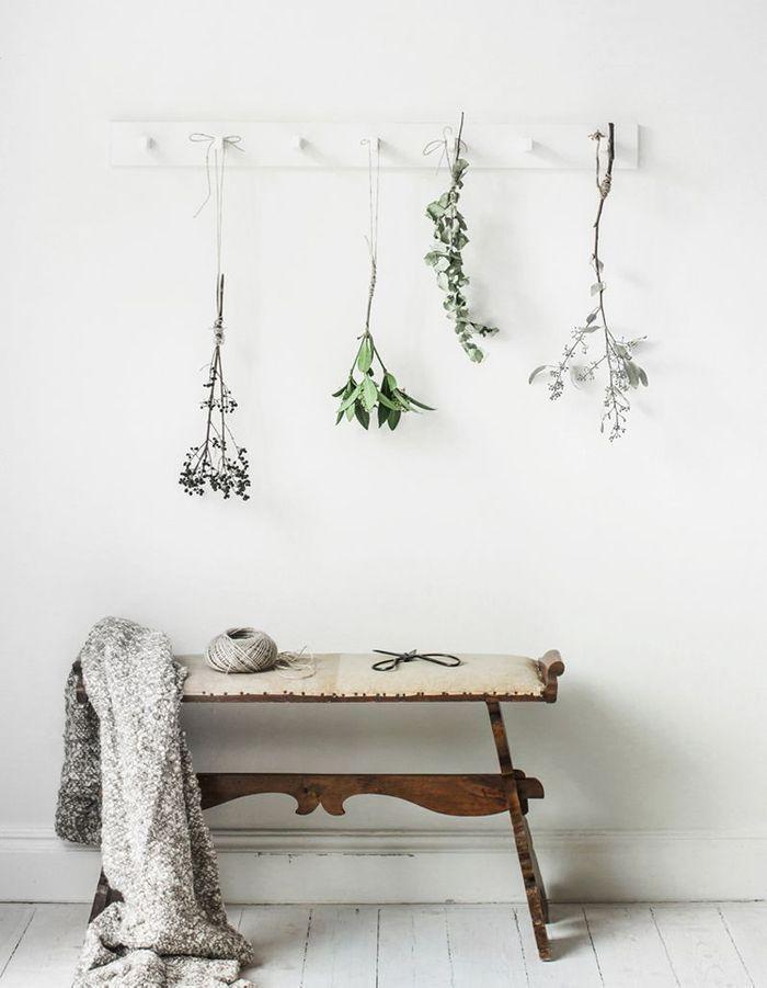 Une décoration végétale via des fleurs suspendues à des patères