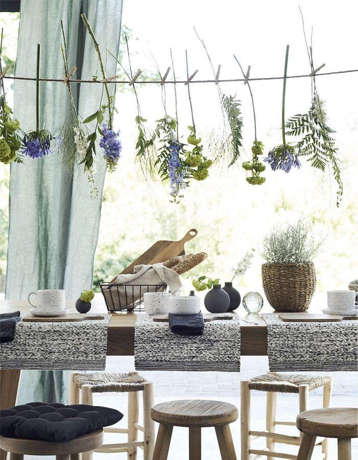 Une décoration végétale via une guirlande de fleurs fraîches