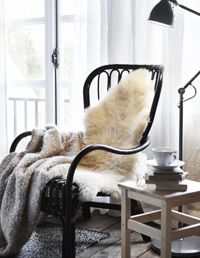 Une fausse peau de mouton sur le fauteuil du coin lecture