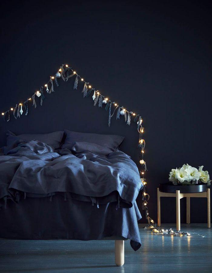 Une guirlande lumineuse en guise de tête de lit