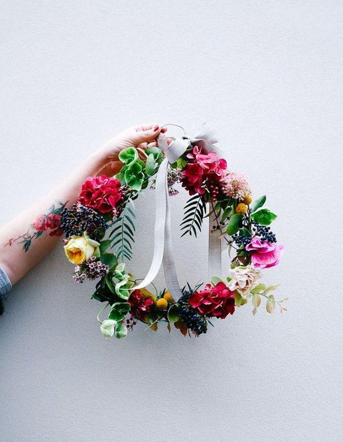 Confectionner une couronne de fleurs fraîches