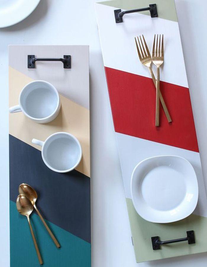 Imaginer des plateaux via des planches en bois peintes et des poignées de tiroirs