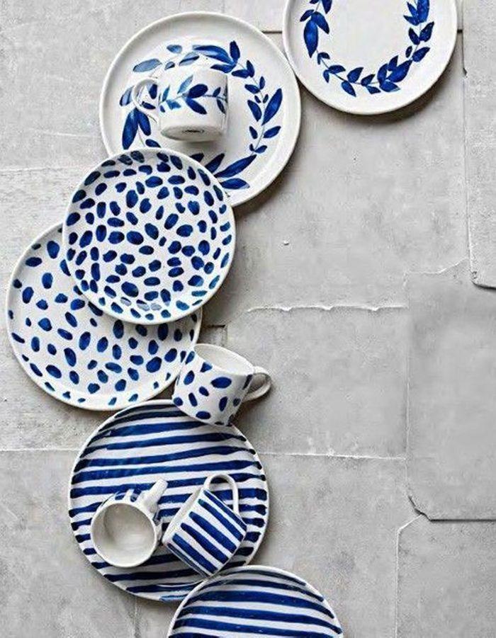 Peindre des motifs sur des assiettes blanches