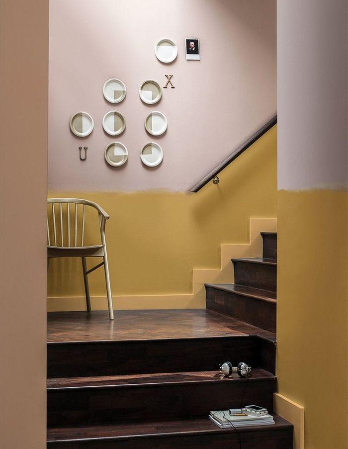 Une cage d'escalier aux coups de pinceau assumés