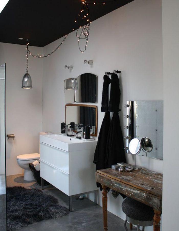 Une salle de bains au plafond noir