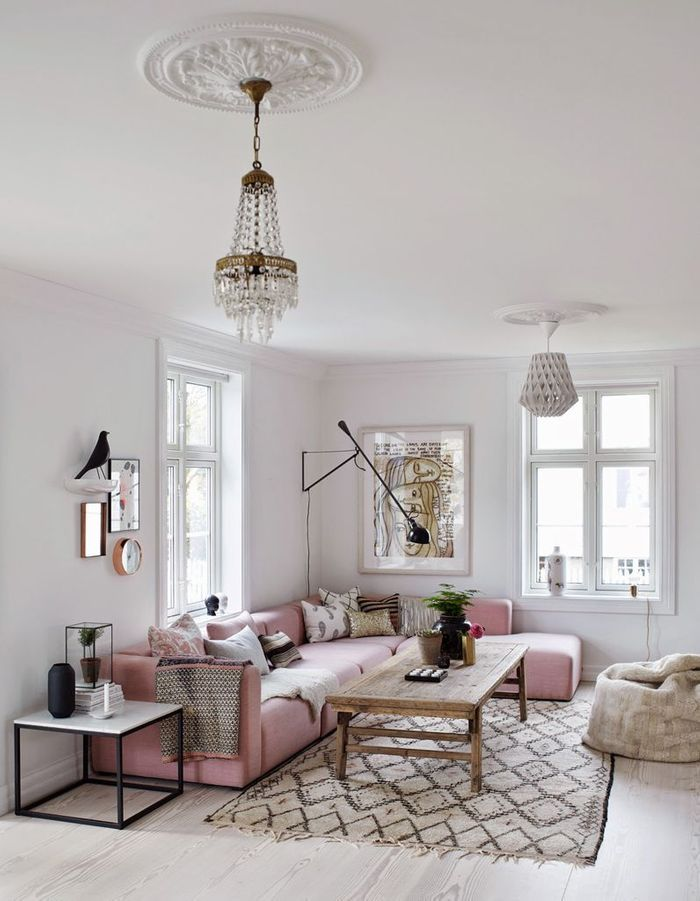 Apporter de la personnalité à un mur blanc en placant un meuble coloré devant