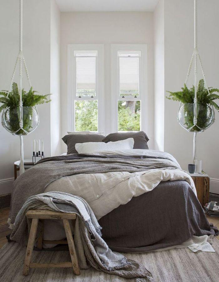 Apporter de la personnalité à un mur blanc en suspendant des végétaux devant