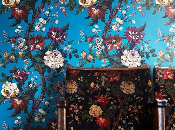 Un papier peint bleu à fleurs