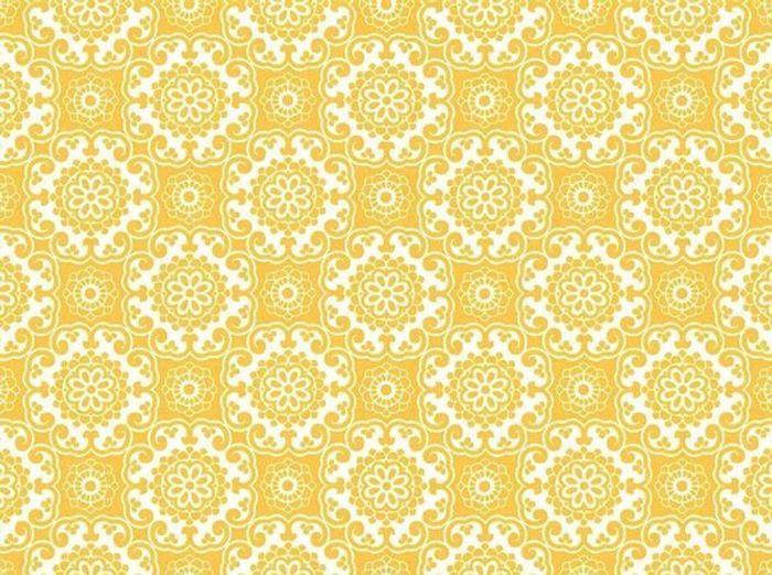 Un papier peint jaune à motifs baroques