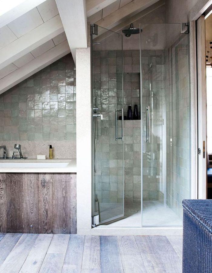Des zelliges bleus dans une salle de bains à l'esprit maison de vacances