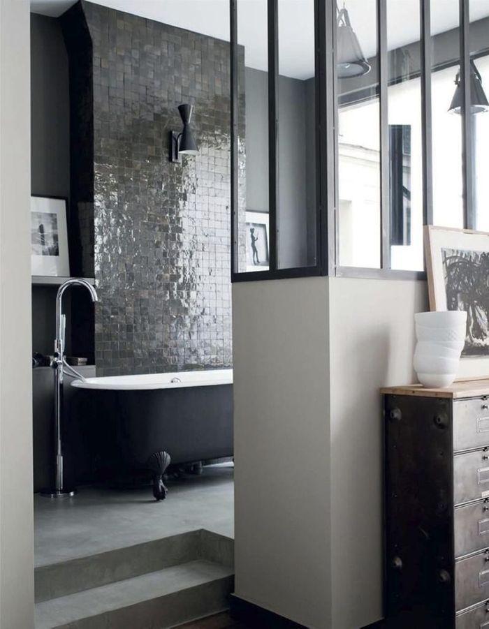 Des zelliges gris anthracite dans une salle de bains qui mixe les styles