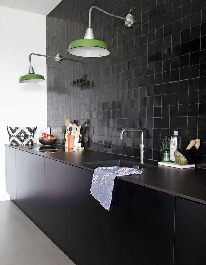 Des zelliges noirs dans une cuisine de caractere
