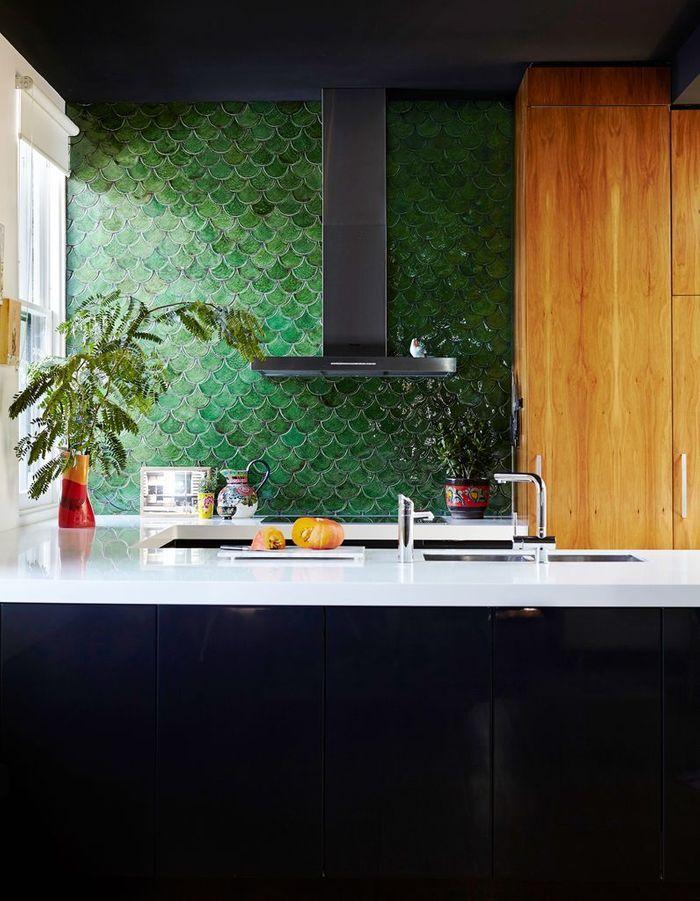 Des zelliges verts dans une cuisine originale