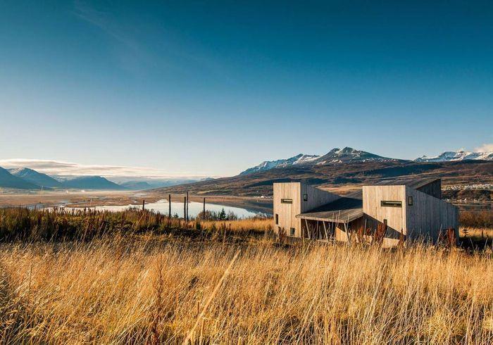 Une maison en bois perdue dans la nature à Akureyri (Islande)