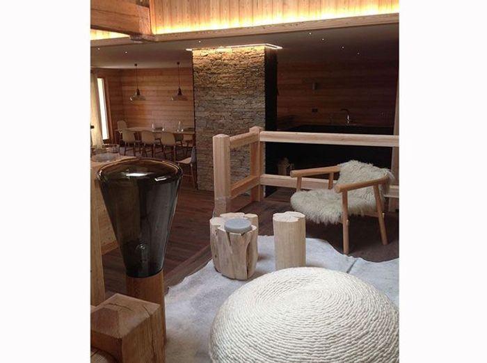 Un salon de chalet en bois