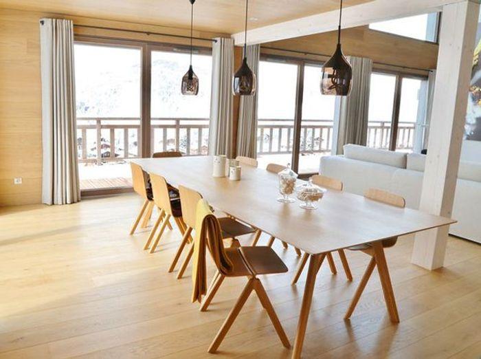 Une salle à manger de chalet épurée