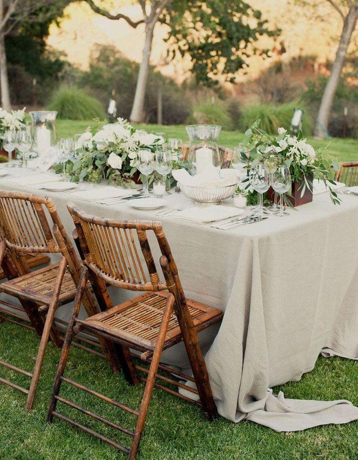 Choisir des assises en rotin autour de la table de mariage