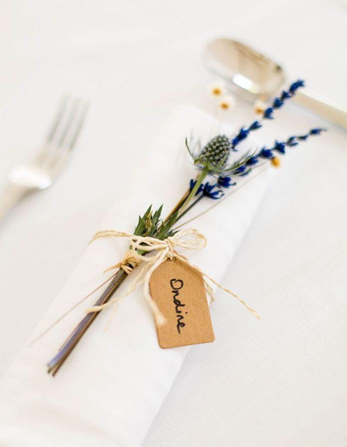 Confectionner des porte noms avec des fleurs séchées pour la table de mariage