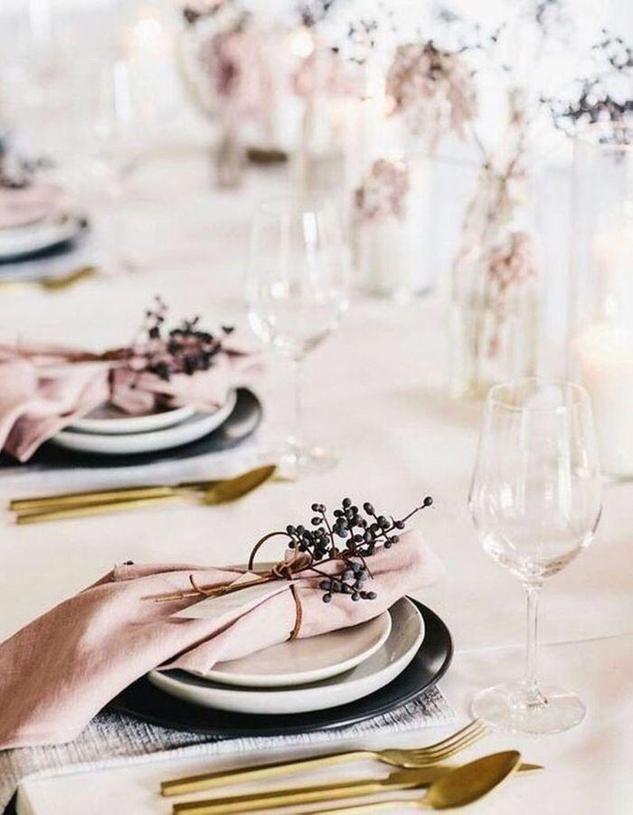 Craquer pour des couverts dorés sur la table de mariage