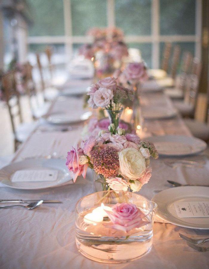 Mêler bougies et fleurs flottantes sur la table de mariage