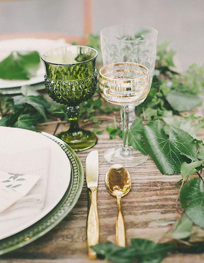Mixer les verres sur la table de mariage