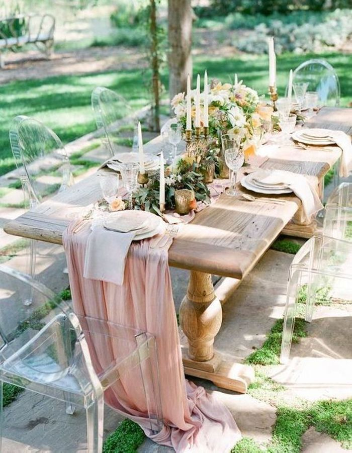 Opter pour des chaises transparentes autour de la table de mariage