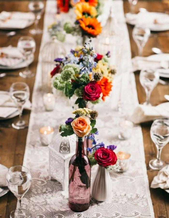 Parier sur des bouquets de fleurs colorés en guise de déco de table de mariage