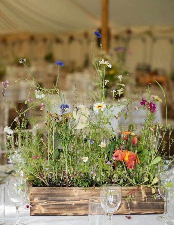 Parier sur la jardinière champêtre sur la table de mariage