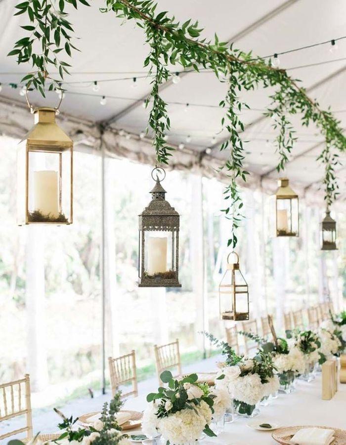 Suspendre des lanternes au-dessus de la table de mariage