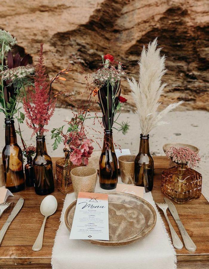 Transformer des bouteilles de bière en verre ambré en vases pour la table de mariage