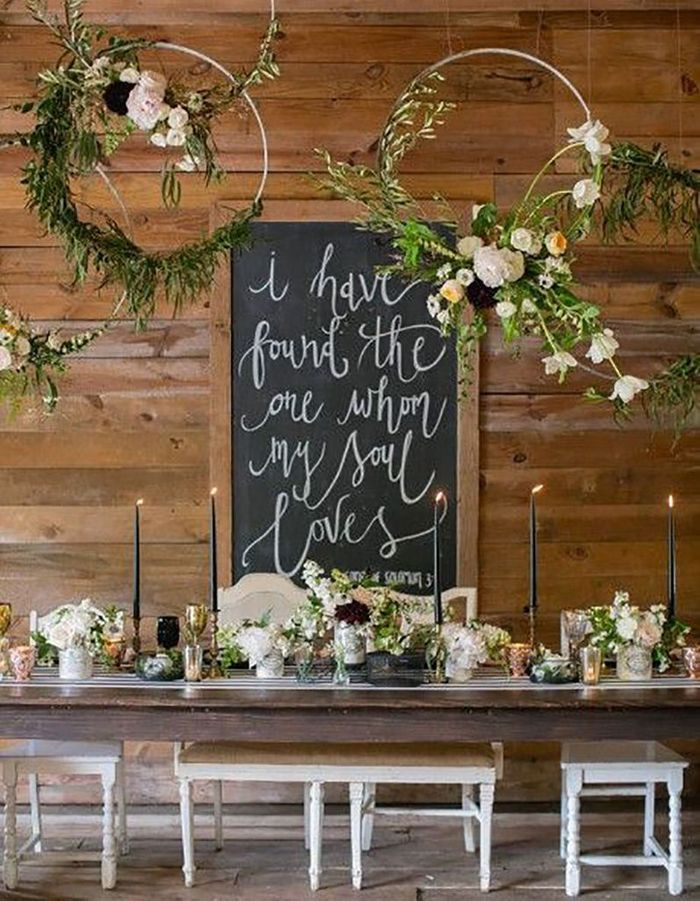 Végétaliser des cercles en bois à suspendre au-dessus de la table de mariage