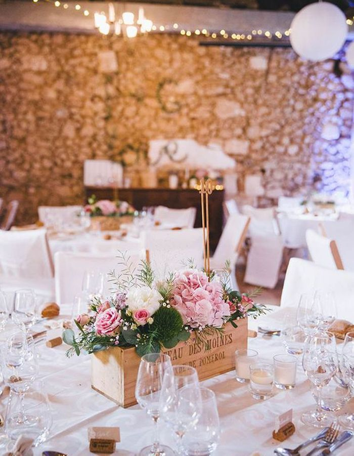 Transformez une caisse à vin remplie de fleurs en centre de table