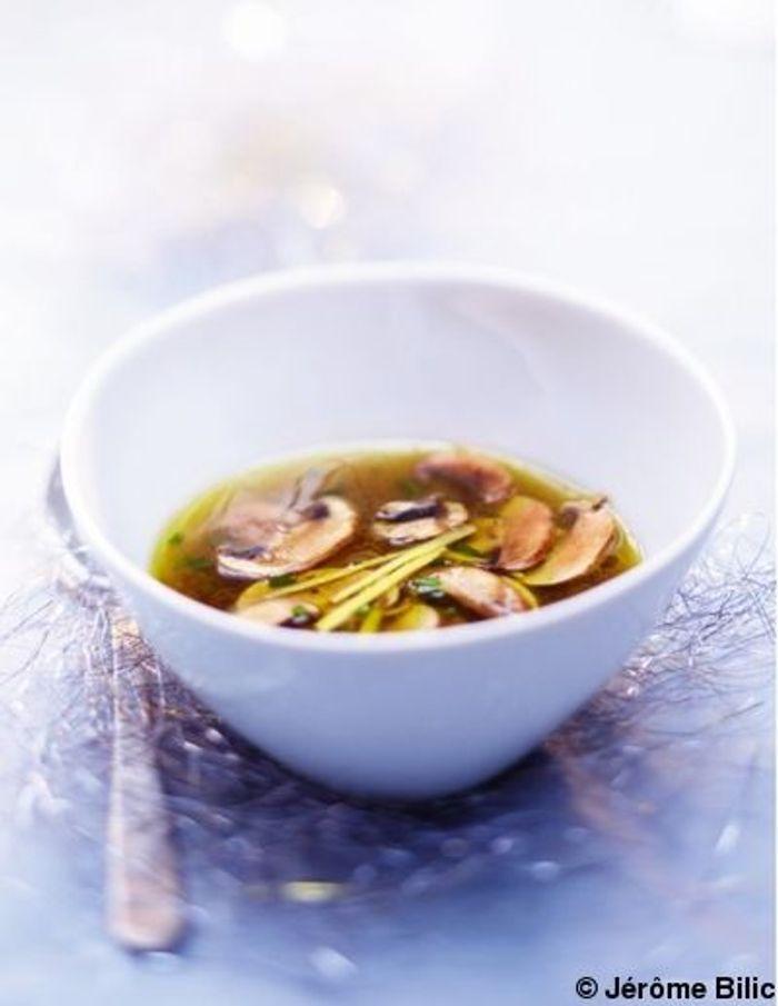 Bouillon de poularde  aux champignons  et au gingembre