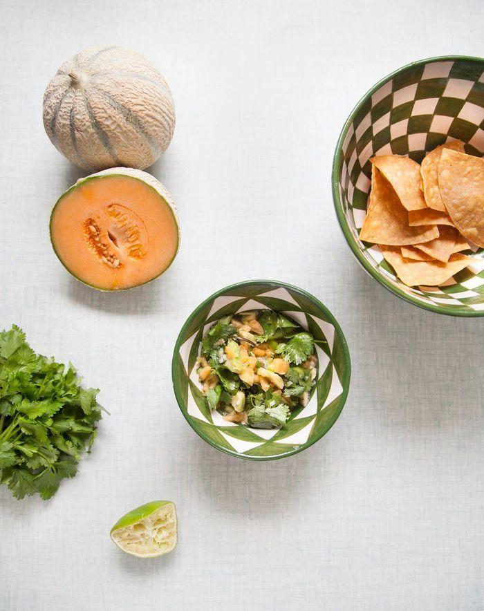 Chips de tortillas, salsa melon-avocat