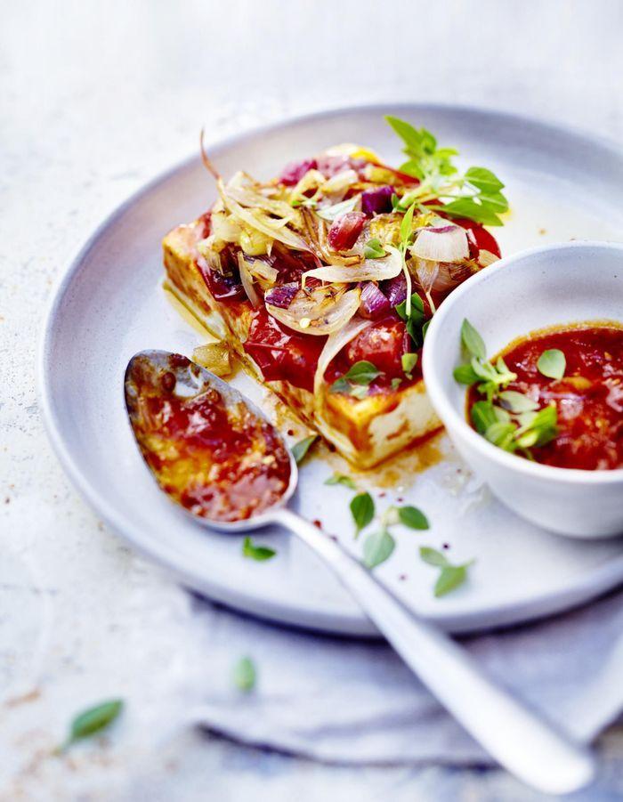 Feta gratinée, tomates et oignons