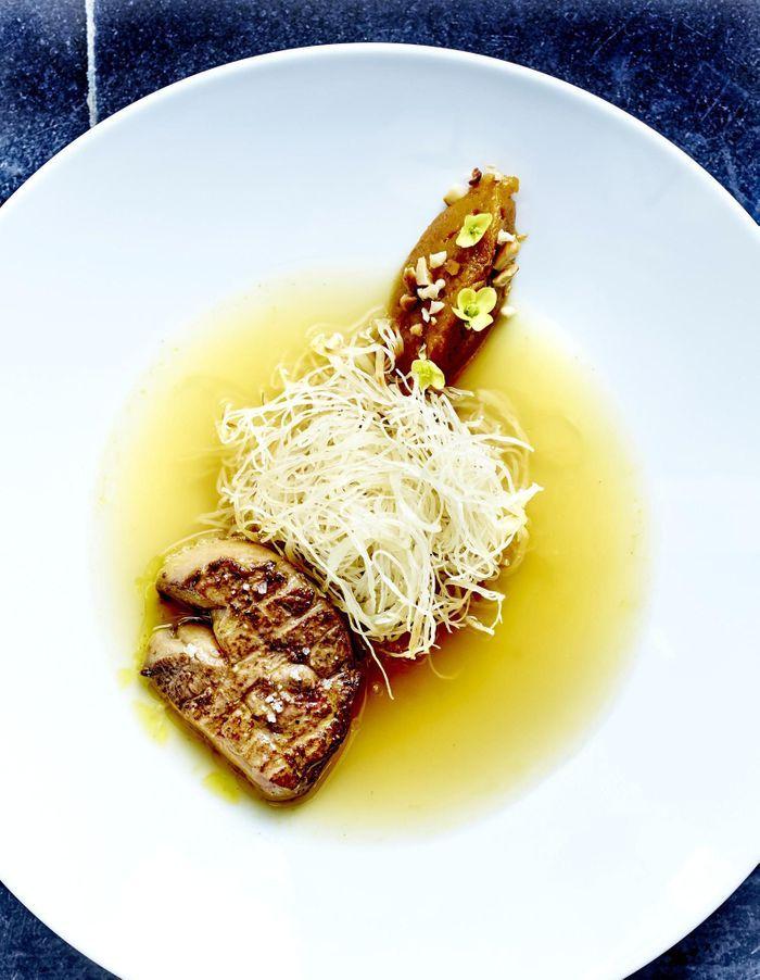 Foie gras de canard, vermicelles croustillants, jus safrané