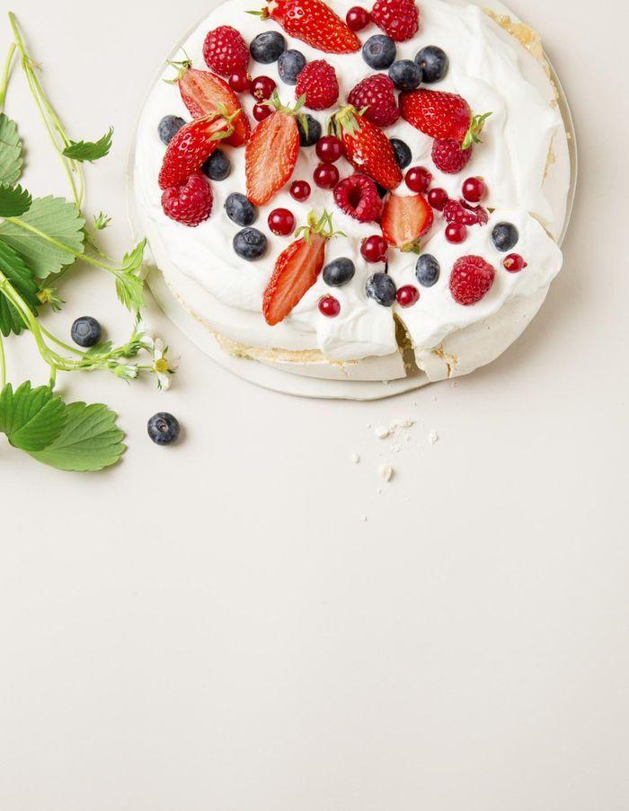 Pavlova fraises, framboises, myrtilles