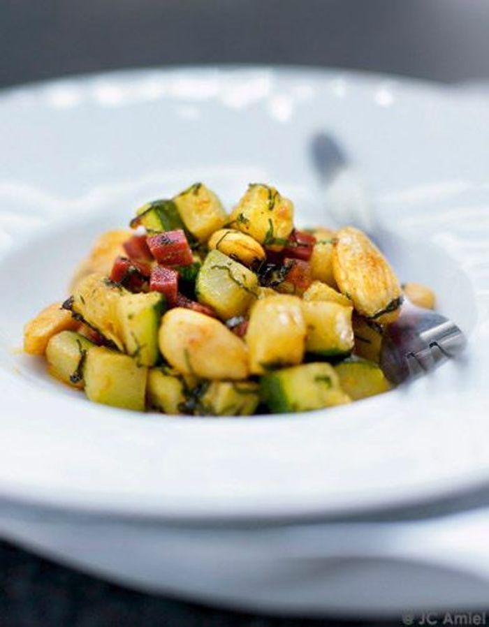 Poêlée de courgettes, amandes, chorizo, curry et menthe fraîche