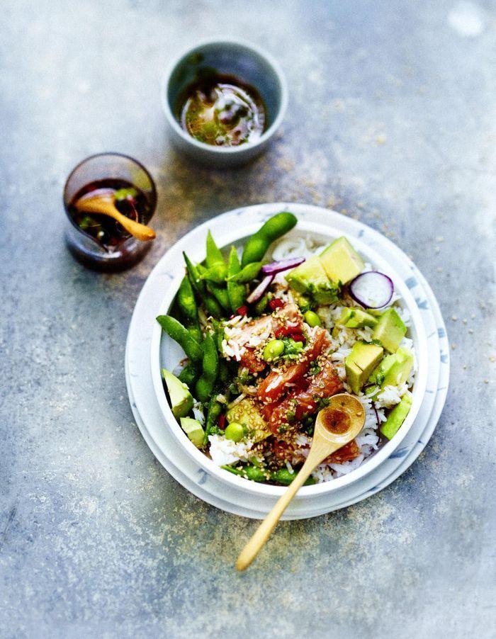 Poke bowl saumon, légumes, sauce sésame