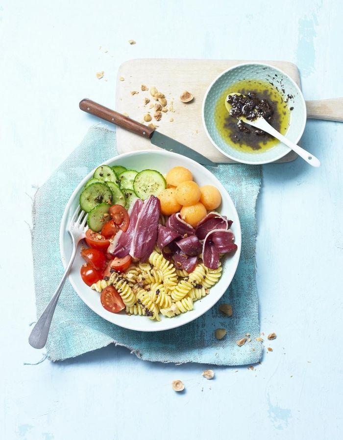 Power bowl pâtes, tomates, concombre, melon et magret de canard fumé