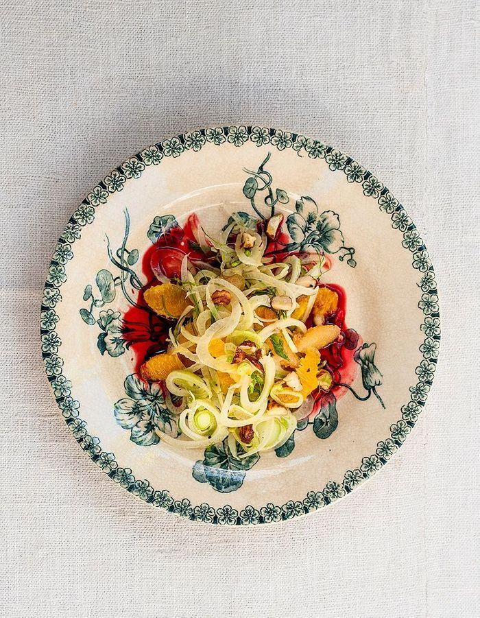 Salade d'orange, fenouil, noisettes et jus de betterave
