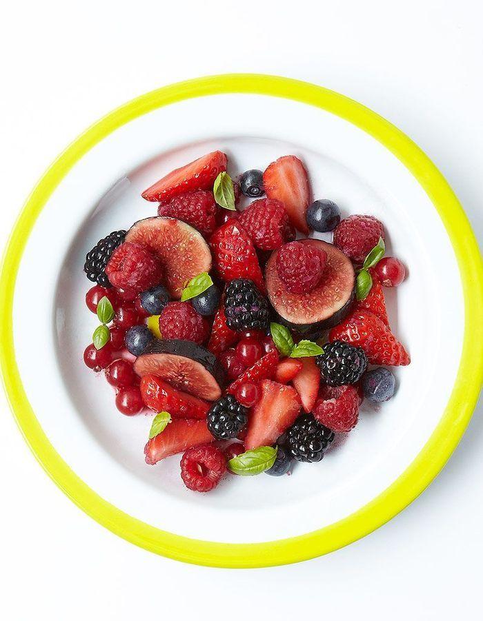 Salade de fruits rouges et noirs au basilic