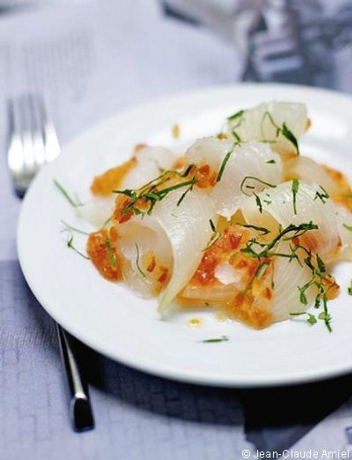 Sashimi de saint-Pierre, sauce thaïe,  oignons pickles