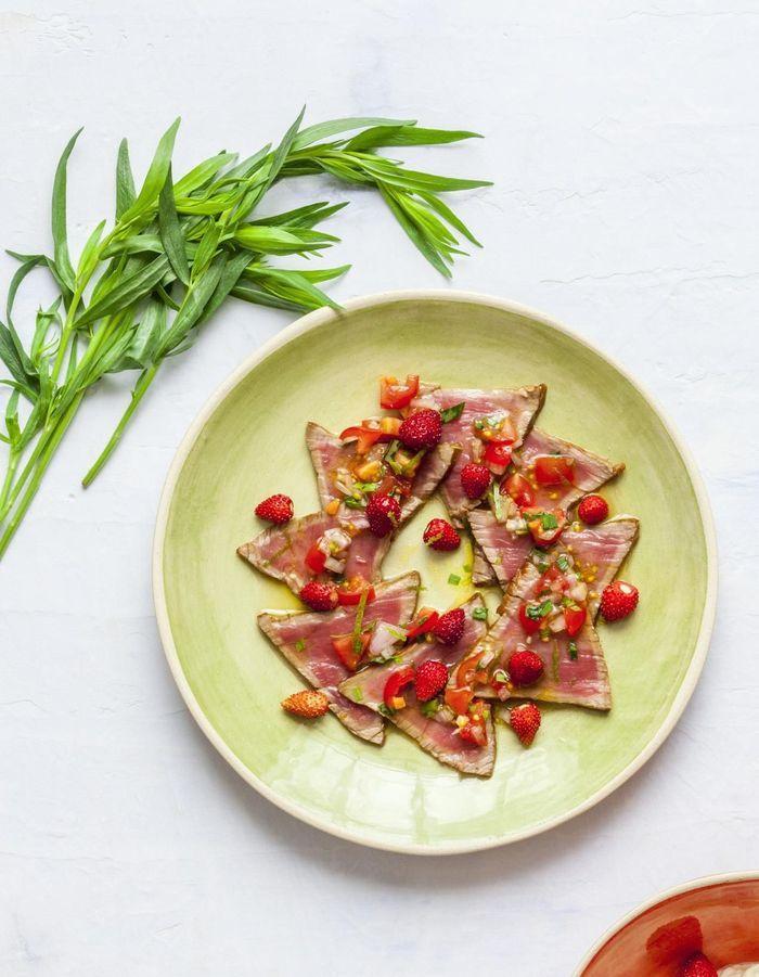 Tataki de bœuf aux fraises des bois
