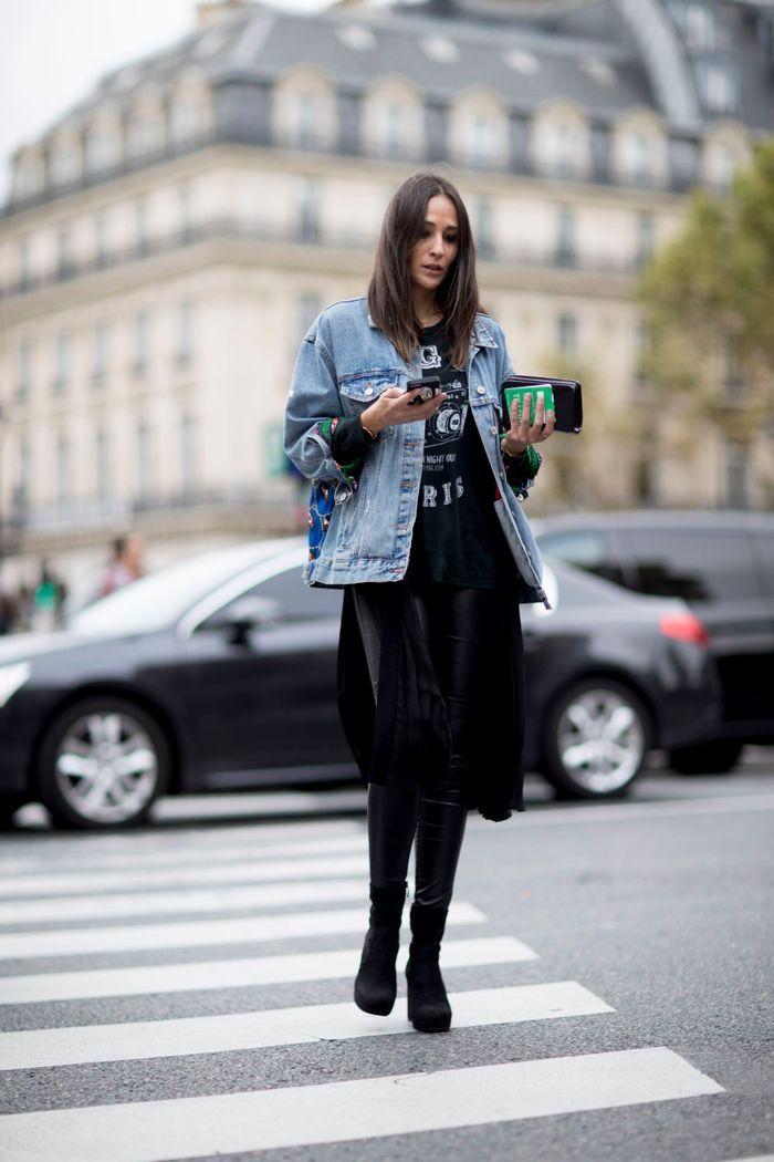 Une veste en denim sur un total look black
