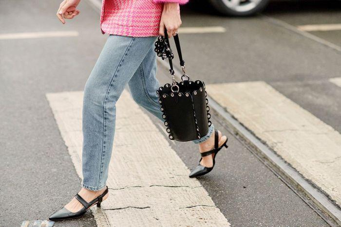 Un sac seau et des kitten heels