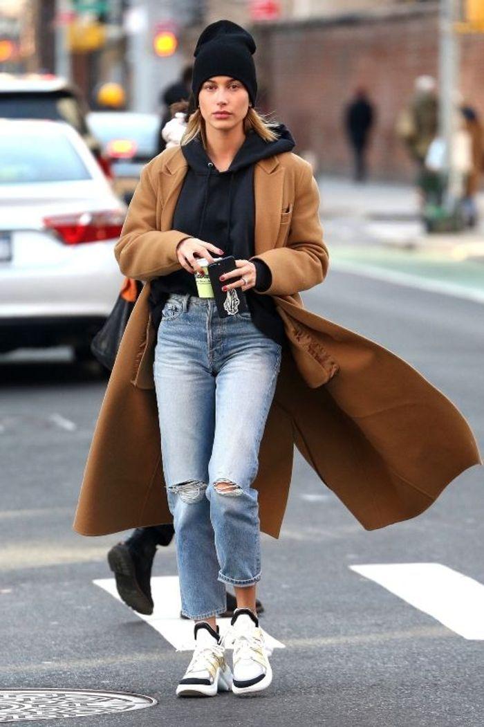 Hailey Baldwin en long manteau camel